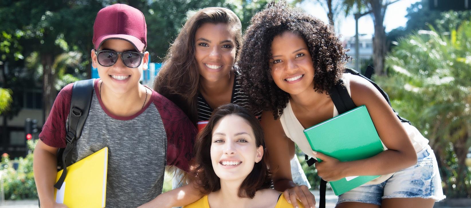 Gruppenbild internationaler Studenten in der Stadt